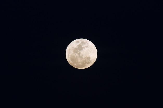 Gros plan de la pleine lune, prise le 12 janvier 2017