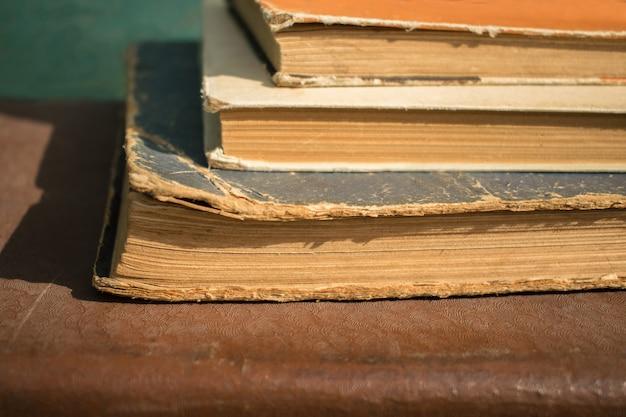 Gros plan de plusieurs livres vintage