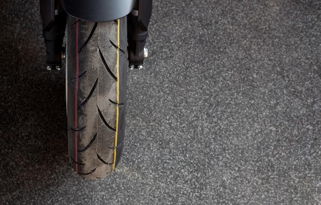Gros plan de pneu de moto sport (grand vélo)