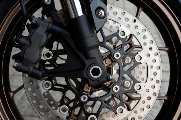 Gros plan pneu et plat cuire de moto sport (bigbike)