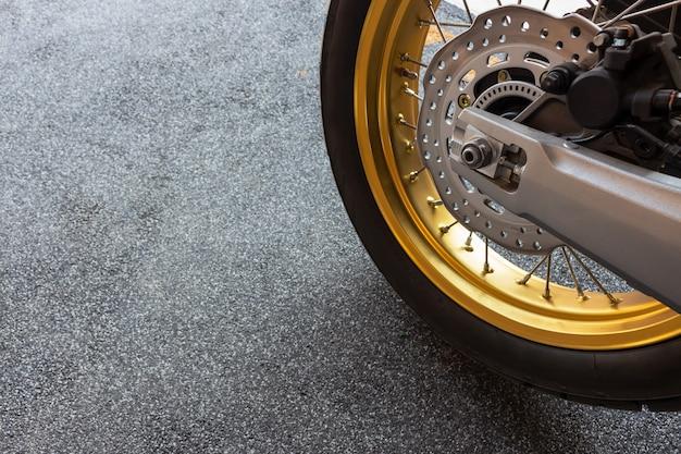 Gros plan pneu et plat cuire de la moto de sport (grand vélo)
