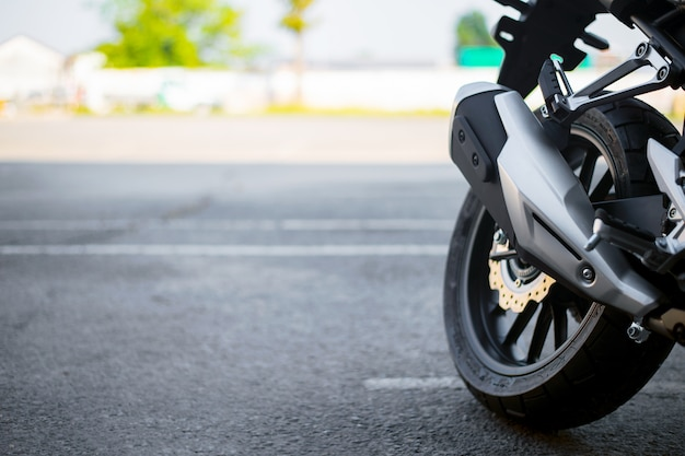 Gros plan de pneu et tuyau d'échappement de moto sport