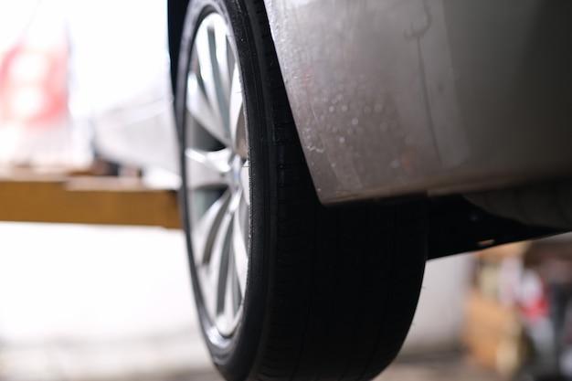 Gros plan des pneus en caoutchouc sur roue de voiture