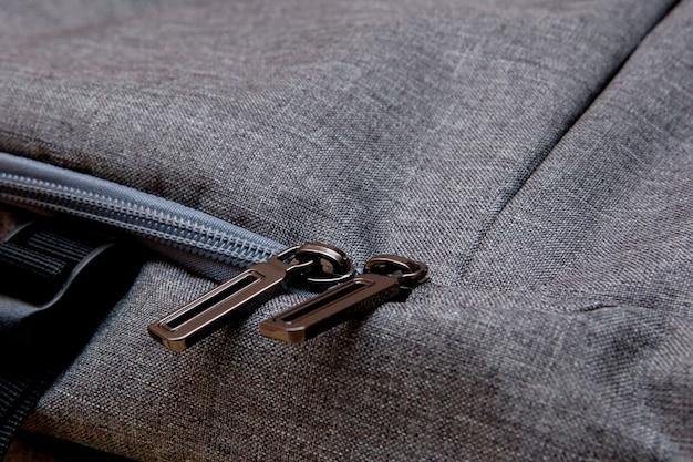Gros plan d'une poche dans le sac à dos photo noir
