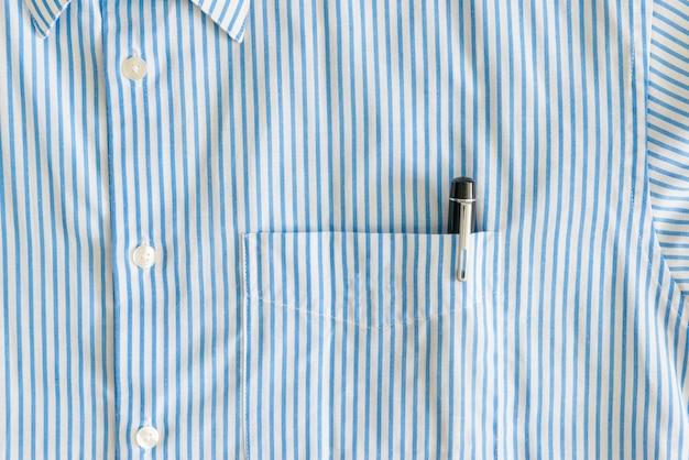 Gros plan de la poche avec stylo noir et boutons