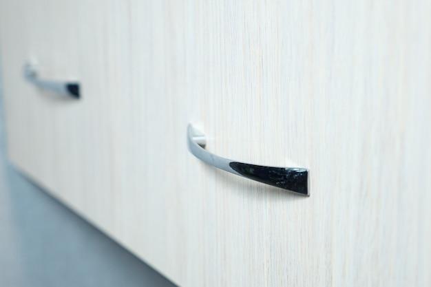 Gros plan sur la poignée du tiroir du compartiment du placard, mise au point sélective