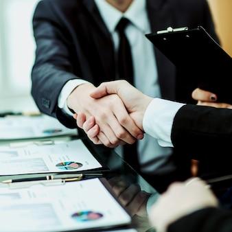 Gros plan de la poignée de main des partenaires commerciaux après discussion de l'accord financier