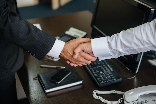 Gros plan de la poignée de main des partenaires, finalisation de la transaction au bureau. entreprise