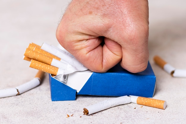 Gros plan, poing, écraser, cigarettes, paquet