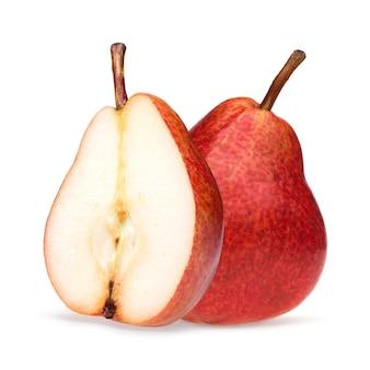 Gros plan de poire rouge isolé sur fond blanc avec une ombre.