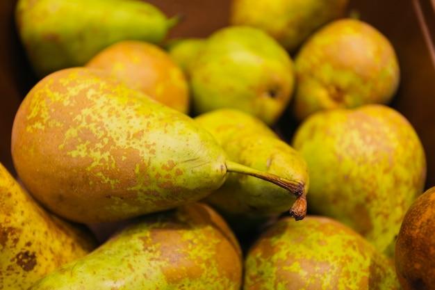 Gros plan de poires mûres vertes