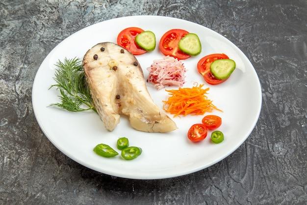 Gros plan sur des poissons crus et des aliments frais au poivre sur une plaque blanche sur une surface de glace avec un espace libre
