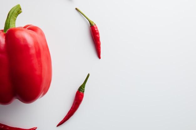 Gros plan sur le poivron rouge mûr isolé