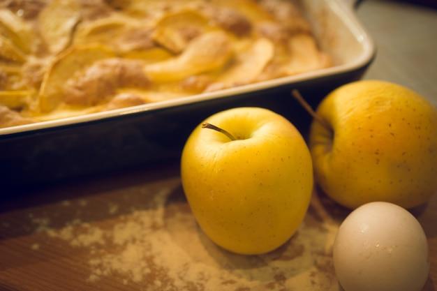 Gros plan de pomme fraîchement préparée et de pommes dorées sur la table de la cuisine