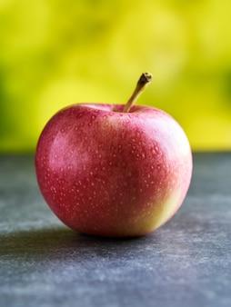 Gros plan pomme rouge sur table