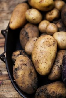 Gros plan de pommes de terre biologiques fraîches