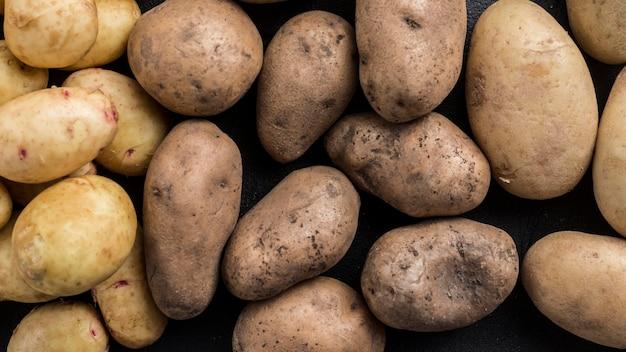 Gros plan, pommes terre, renversé, table