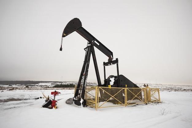 Gros plan d'une pompe à huile en hiver
