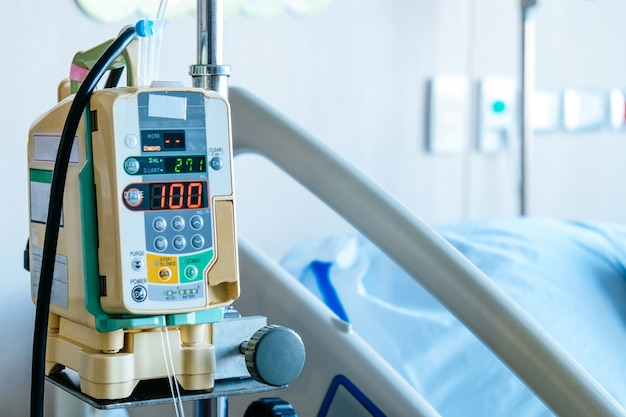 Gros plan d'une pompe à perfusion à l'hôpital, soins médicaux