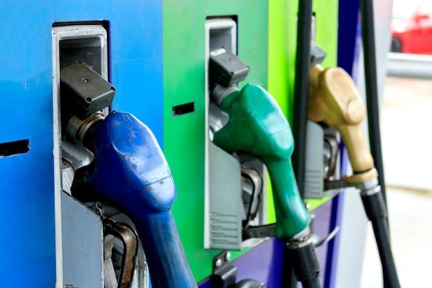 Gros plan de pompes à essence colorées dans une station-service