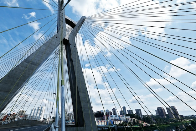 Gros plan, pont haubané