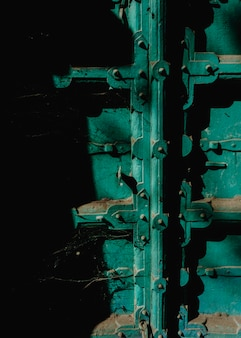 Gros plan de la porte poussiéreuse verte