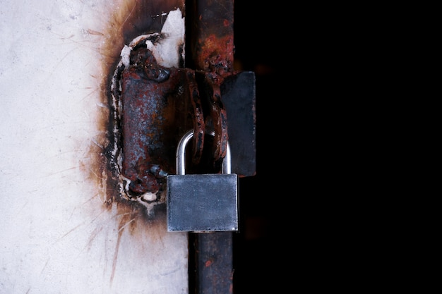 Gros plan porte verrouillée, cadenas sur une porte en fer métallique.