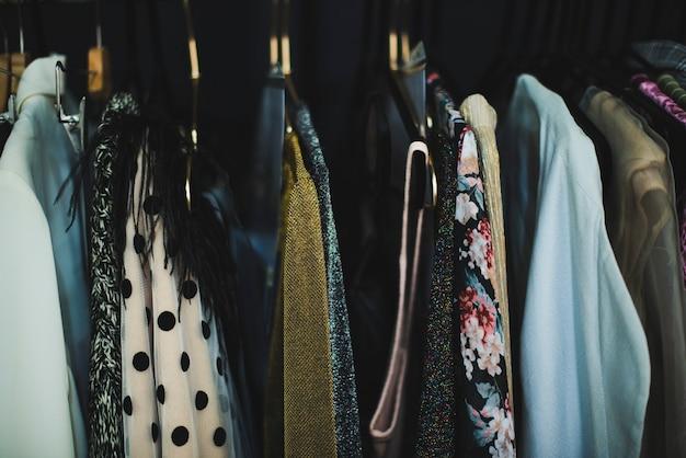 Gros plan d'un porte-vêtements