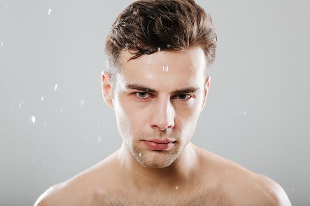 Gros plan le portrait d'un bel homme à moitié nu