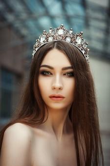 Gros plan le portrait d'une belle fille avec une couronne