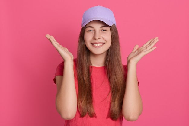 Gros plan le portrait de la belle jeune femme de race blanche pose souriant à l'intérieur
