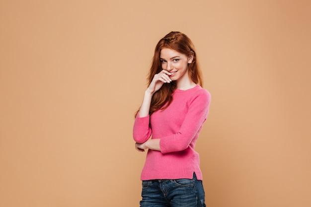 Gros plan le portrait d'une belle jeune fille rousse debout