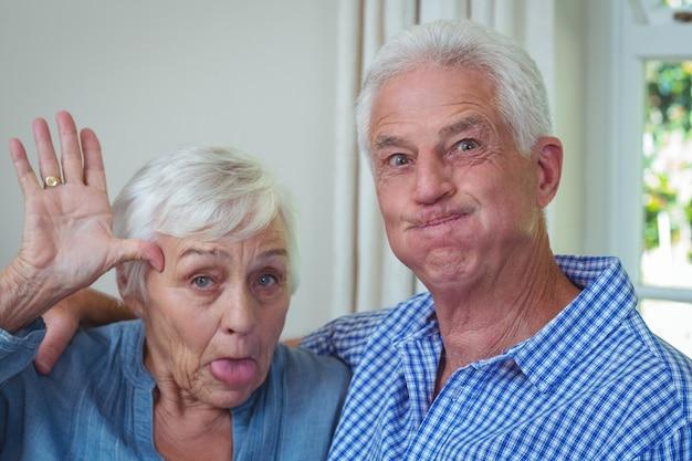 Gros plan, portrait, de, couples aînés, fabrication visages