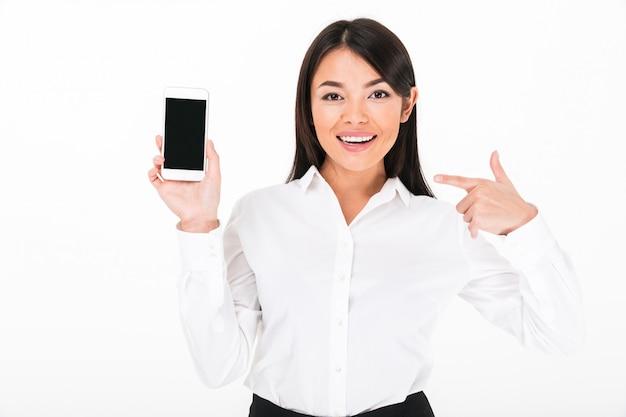 Gros plan le portrait d'une femme d'affaires asiatique satisfaite