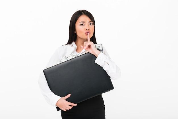 Gros plan le portrait d'une femme d'affaires asiatique sérieuse