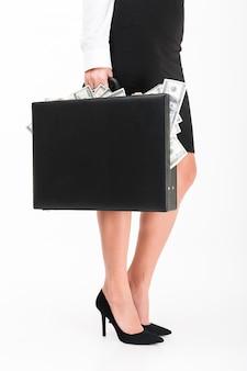 Gros plan le portrait d'une femme d'affaires portant des talons hauts