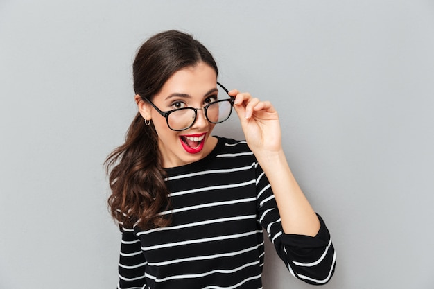 Gros plan le portrait d'une femme joyeuse à lunettes