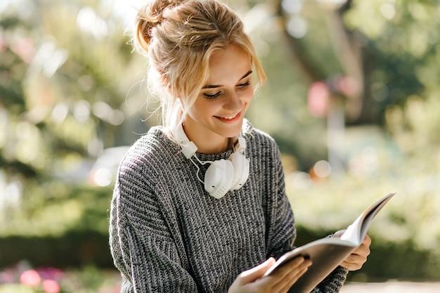 Gros plan, portrait, de, femme lisant livre