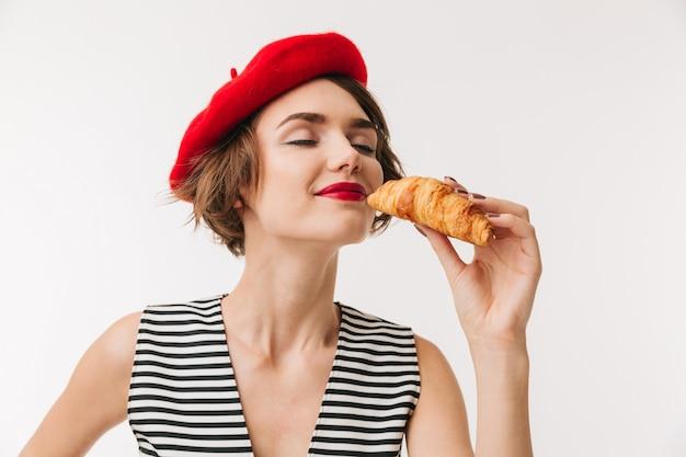 Gros plan le portrait d'une femme satisfaite portant un béret rouge