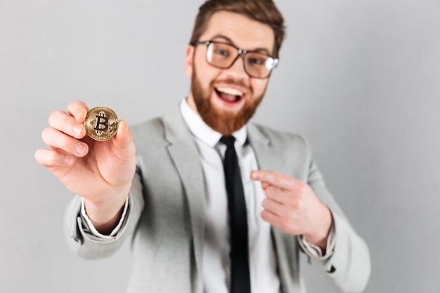 Gros plan le portrait d'un homme d'affaires heureux