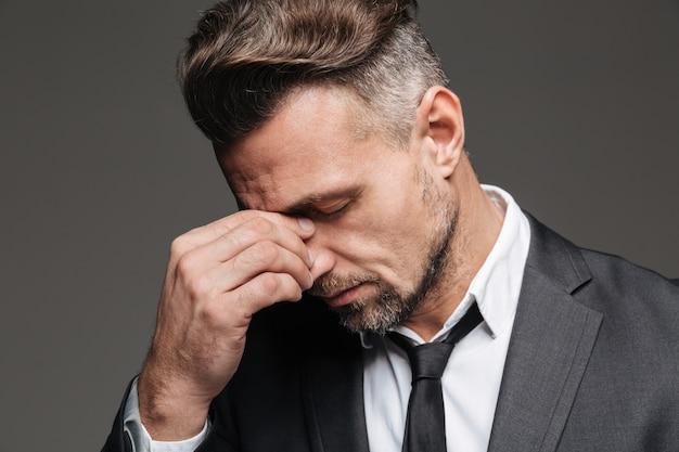 Gros plan le portrait d'un homme d'affaires mature fatigué