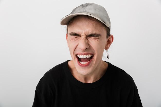 Gros plan portrait d'un homme heureux et joyeux portant des vêtements noirs en riant les yeux fermés sur blanc