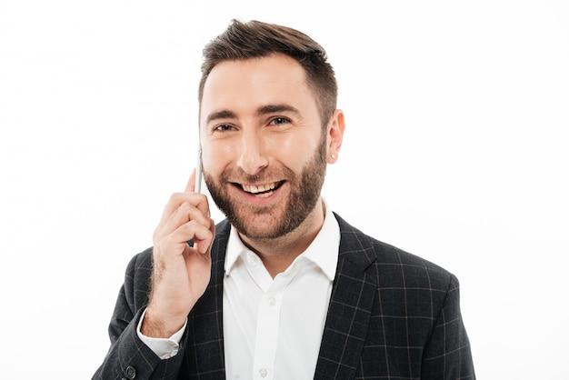 Gros plan le portrait d'un homme souriant gai