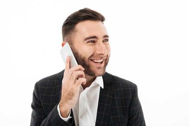 Gros plan le portrait d'un homme souriant heureux