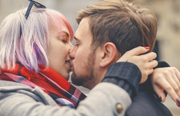 Un gros plan portrait d'un jeune couple heureux en amour