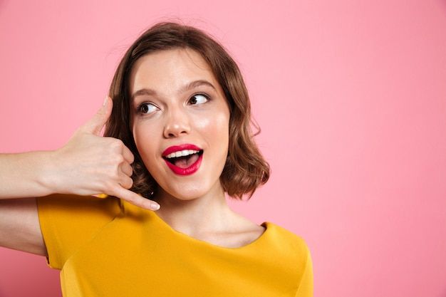 Gros plan le portrait d'une jeune femme avec du maquillage