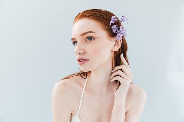 Gros plan le portrait d'une jeune femme sensuelle au gingembre posant