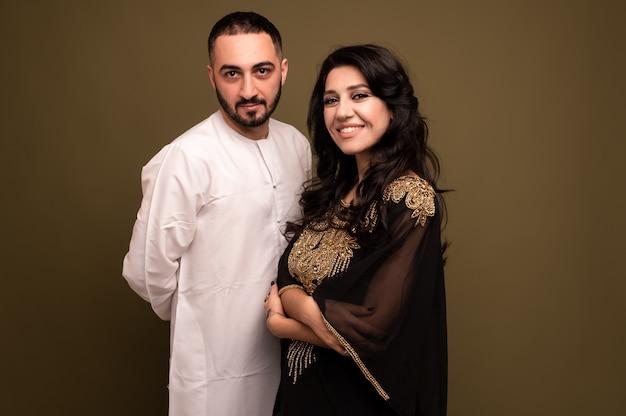 Gros plan portrait d'une jeune fille arabe et homme en costume traditionnel