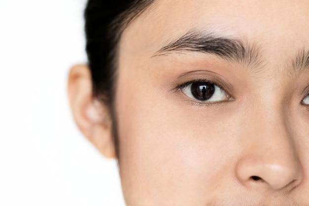 Gros plan de portrait de jeune fille asiatique isolé axé sur les yeux