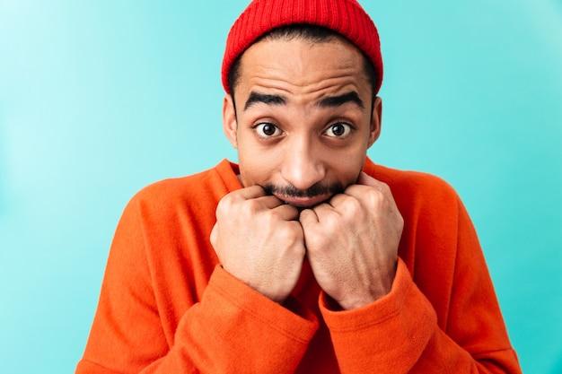 Gros plan le portrait d'un jeune homme afro-américain effrayé